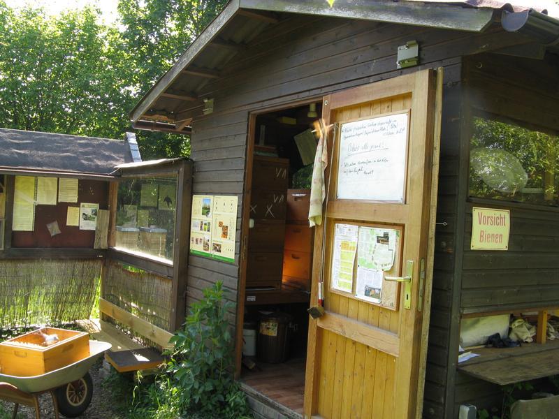 Eingang Bienenhaus mit Halterungen für Markise